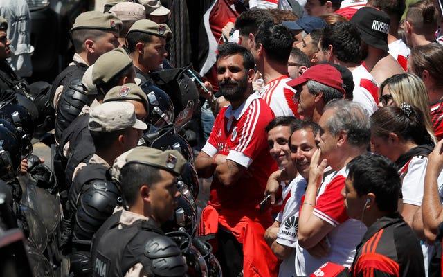 コパ・リベルタドーレスの第2戦は、ボカ・ジュニアーズのバスに向けたファンの暴力を受けて無期限に延期されました