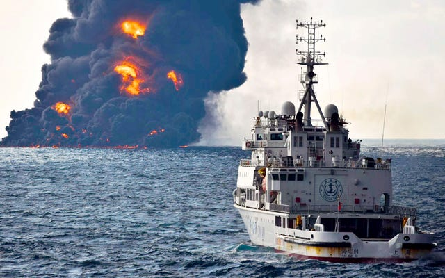पूर्वी चीन सागर में विशाल स्पिल का निर्माण, तेल टैंकर डूबता है