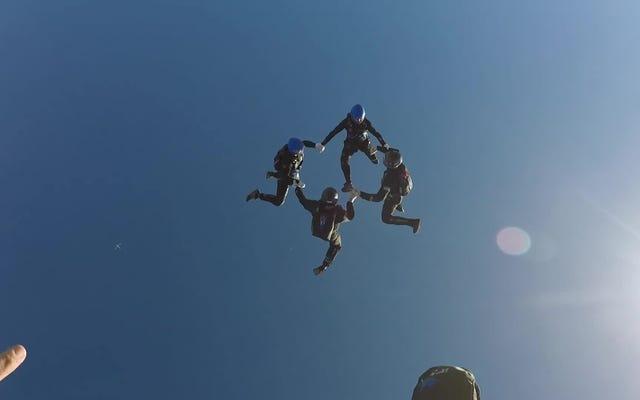 垂直フォーメーションスカイダイビングは、まったくの恐怖を美しいチームスポーツに変えます
