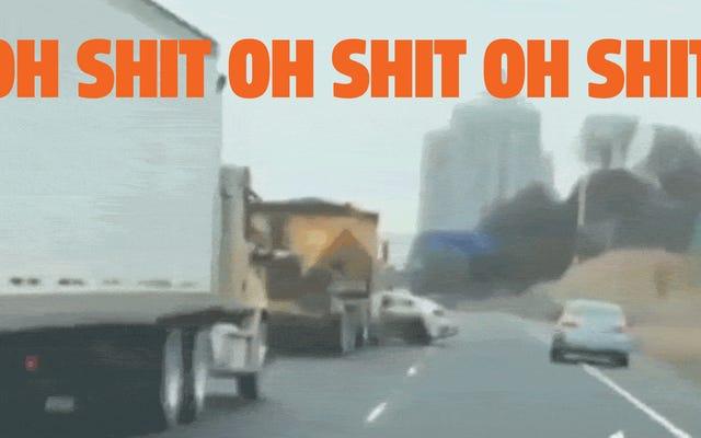 大きなお尻のトラックの運転手はどういうわけか彼が高速道路を横切って横に押している車を見ていません