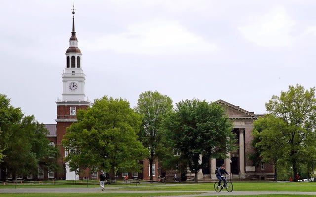 大学は、性的暴行の被害者に彼らの身元を公に明らかにするよう圧力をかけている