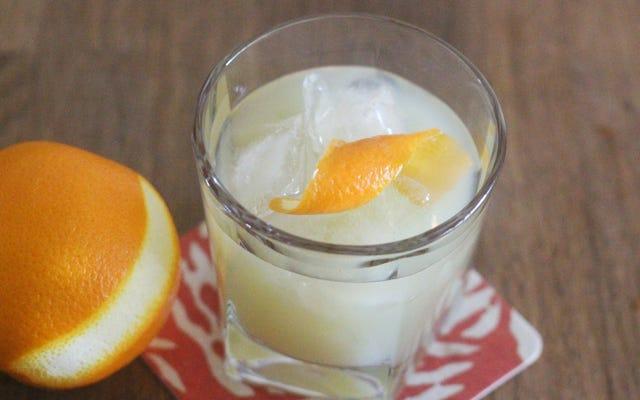 Aproximadamente un loro amarillo con Pernod