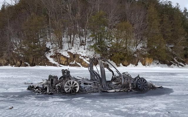 テスラモデルXが氷を通過せずに凍った湖で燃え尽きた方法は次のとおりです