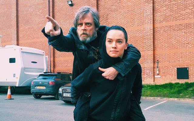 Những phản ứng tốt nhất về bức ảnh vui nhộn mà Mark Hamill dành cho Daisy Ridley