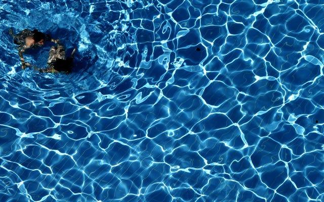 ホテルのプールでの水泳は人生最大の贅沢です