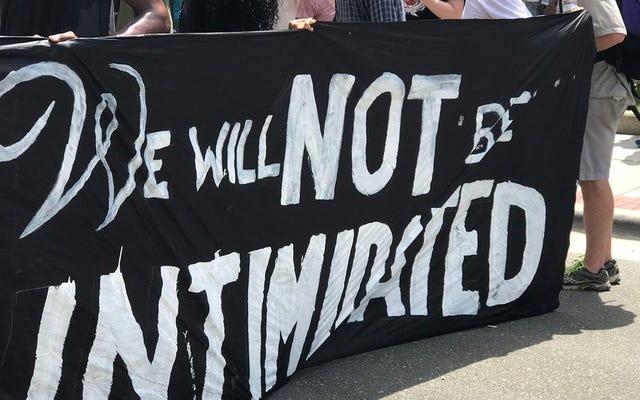ノースカロライナ州ダーラムの反抗者の群衆はKKKを怖がらせましたか?