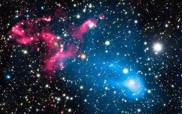 Lubang Hitam dan Gugus Galaksi Bergaul Menjadi Akselerator Partikel Kosmik Raksasa