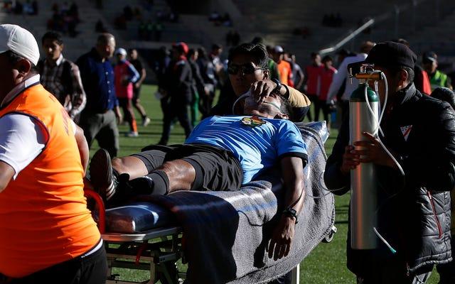 ボリビアでの試合中に心臓発作を起こしたサッカー審判が死亡
