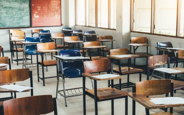 ポリシーが教師にブラック・ライヴズ・マターへの支持を表明することを禁じた後、学生はメイン高校で抗議する