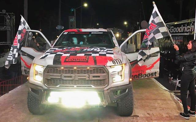 La Ford Raptor del 2017 ha appena terminato la Baja 1000, quindi ha guidato per altre 400 miglia verso casa