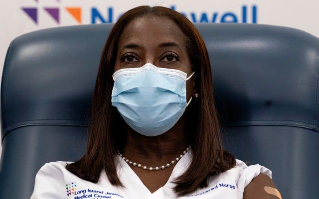 L'infermiera di terapia intensiva riceve il primo vaccino pubblico contro il Covid-19 negli Stati Uniti, ha anche un fantastico adesivo