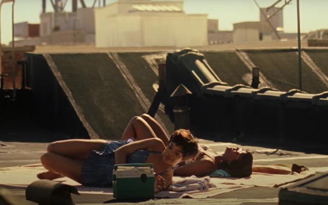 Эксклюзивный клип Sylvie's Love: Тесса Томпсон и Аджа Наоми Кинг болтают о бопах и мальчиках