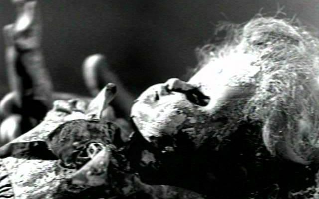 フランシスビーンはカートコバーンの髪の毛のロックで作られた不気味な人形を持っています