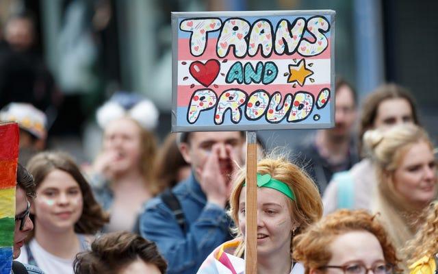 Pozew wniesiony przeciwko sędziemu, który odmawia zezwolenia nastolatkom transpłciowym na legalną zmianę ich imion