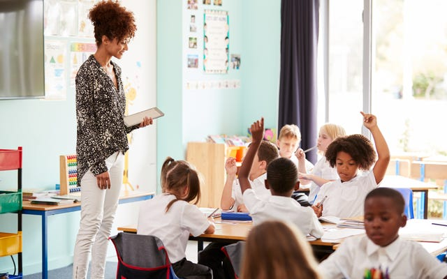 全国の学生は、より強力な黒人の歴史カリキュラムを実施するために学校を提唱しています