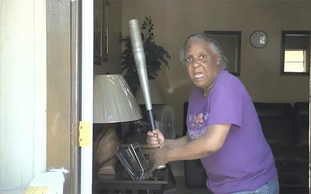 フロリダのおばあちゃんはソフトボールのスキルを使って半裸の泥棒の頭をバットで叩きます