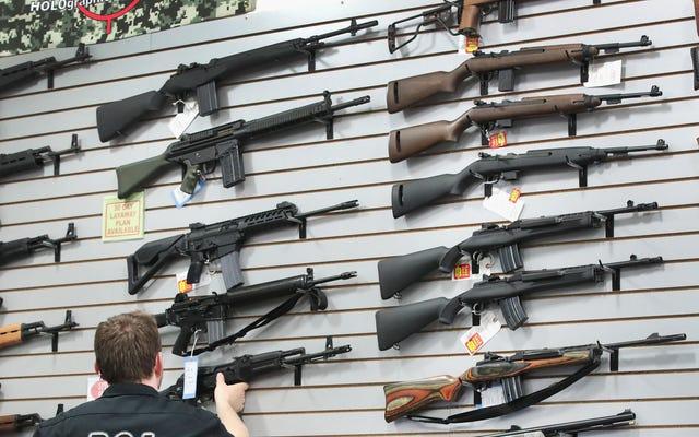 Các công ty bán hàng trong quán bar từ việc sử dụng phần mềm của mình để bán súng quân dụng
