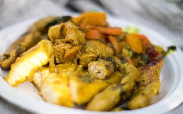 グレナダの郷土料理であるオイルダウンでは、より大きな目的のためにスパイスが集まっています