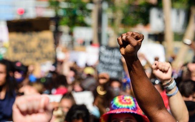 Стрельба по темнокожим активистам, направляющимся в Вашингтон на мероприятие MLK