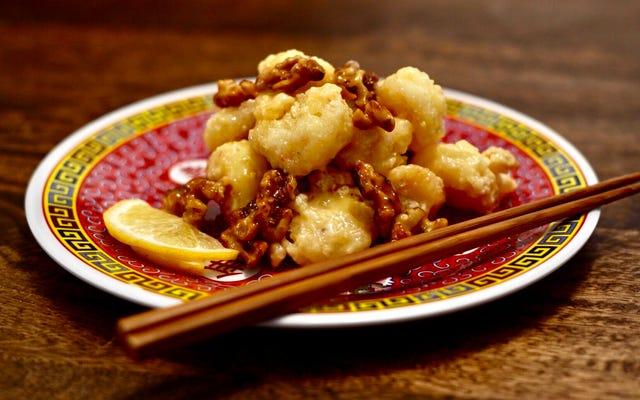 ハニークルミエビは、家庭料理人が無視できないほど美味しすぎる中国のテイクアウトの定番です