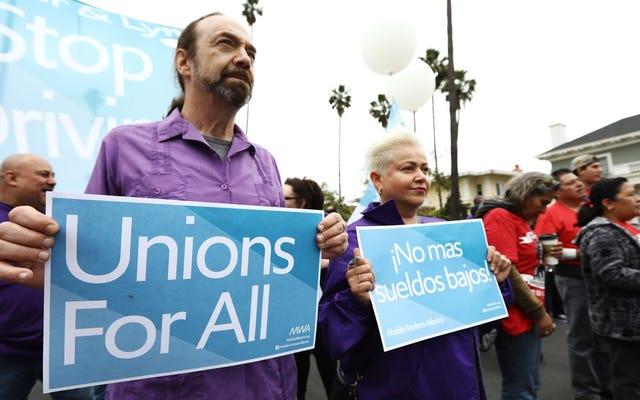 ロサンゼルスのファーストフード労働者と並んでUberとLyftのドライバーがストライキを行い、最低賃金30ドルを要求