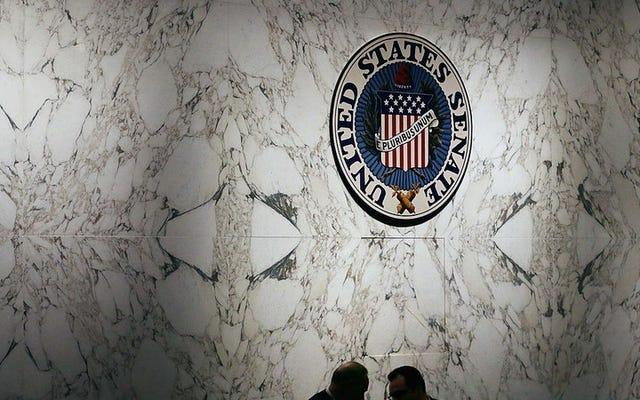 私たちの「狂った」大統領を心配している上院議員のホットマイクオーディオをお楽しみください