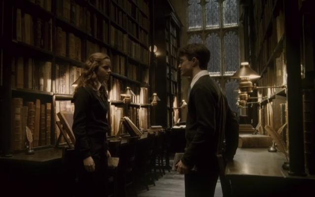 คุณสามารถเยี่ยมชมบางส่วนของคอลเลคชันแฮร์รี่พอตเตอร์ออนไลน์ของห้องสมุดอังกฤษได้อย่างน่าอัศจรรย์