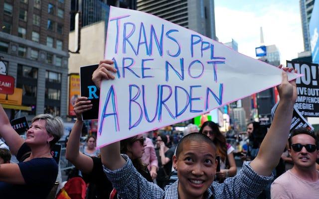 バイデンはトランプのトランスジェンダー禁止を取り除きます