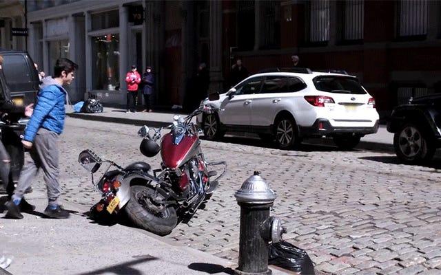 Niesamowity Cobra Kai Prank Shocks Bystanders jako prawdziwy dzieciak karate rozcina motocykl Bully'ego na pół