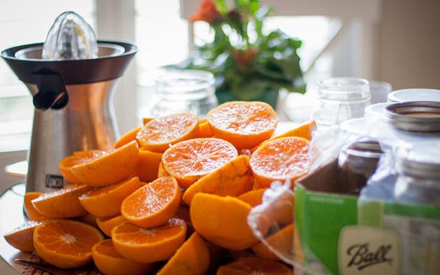 ジュースはより多くのビタミンを解き放ちますが、カロリーと砂糖も解き放ちます