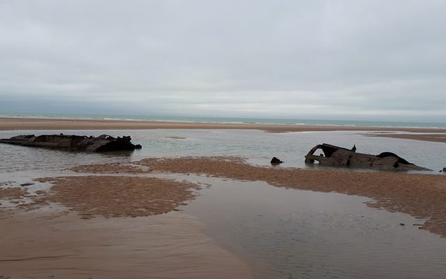 第一次世界大戦時代のドイツの潜水艦がフランスの海岸近くの砂から再浮上