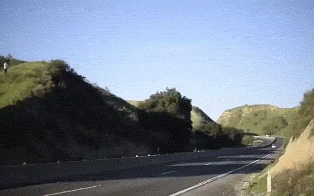 Le CHP vous demande de ne pas sauter par-dessus les autoroutes sur votre moto