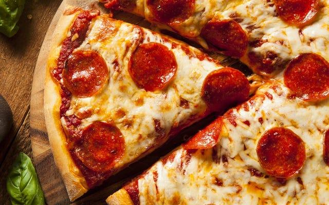 誰かがエッジを嫌うときにピザを同等の断片にカットする方法