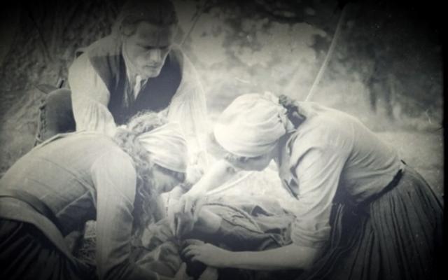 アウトランダーは無声映画を使って心的外傷と悲しみを忘れられないほど探求します
