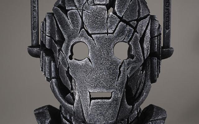 このゴージャスな像は、サイバーマンを鋼鉄ではなく石の男として想像しています