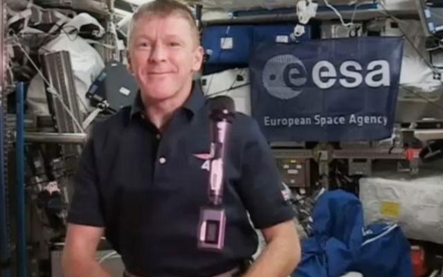 宇宙ステーションの宇宙飛行士が間違った番号をダイヤルする