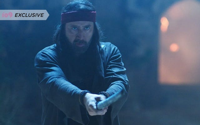 ニコラス・ケイジがこの独占柔術クリップでサムライの刀でエイリアンと戦う
