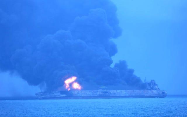चीन के तट से तेल टैंकर के जलने के रूप में पर्यावरणीय आपदा लूम