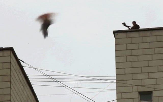 この男が楽しみのために屋上から逃げるのを見ると、私はほとんど気絶しました