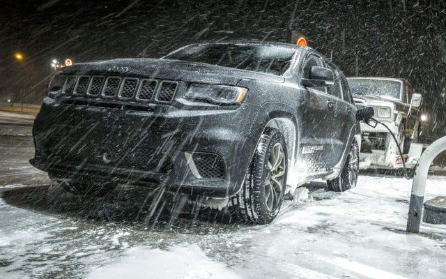 Kéo một chiếc xe Jeep cũ qua cơn bão băng bằng chiếc xe Jeep Grand Cherokee Trackhawk 707 HP quả thật là kinh hoàng