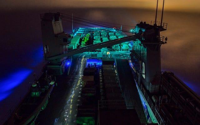 Wygląda na to, że ten statek marynarki wojennej płynie przez międzygwiezdne chmury