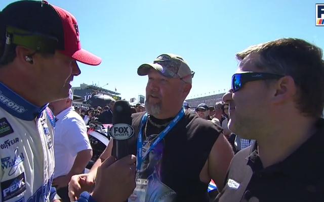 Yaşlı NASCAR Adamı Michael Waltrip'in Kendi Izgara Yürüyüşüne Sahip Olmasını İzleyin