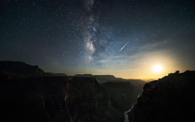グランドキャニオンの上の火球は惑星地球を地球外に見せます
