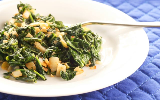 Terminer les légumes verts sautés avec un filet de miel