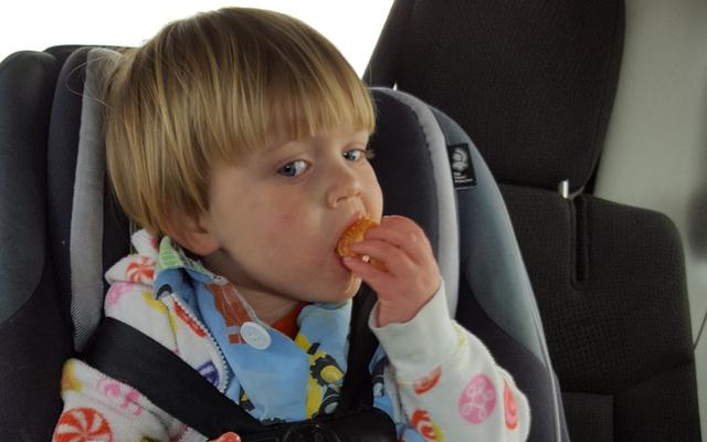 Se le cinghie del seggiolino auto di tuo figlio sono allentate, cerca un acclamazione ribelle