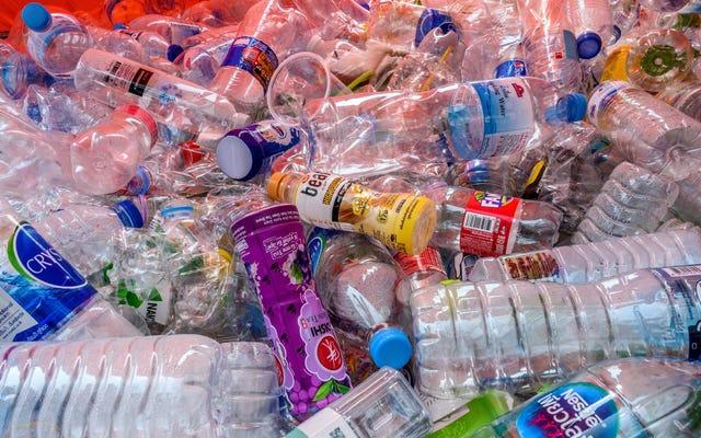ペットボトルを開けるだけで、マイクロプラスチック汚染が大気中に放出される可能性があります