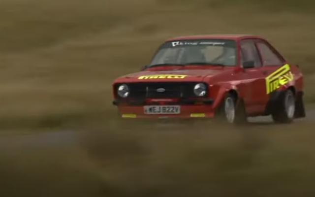 Mira cómo un Ford MkII Escort se enfrenta a un Ford Fiesta Rally Car 2011