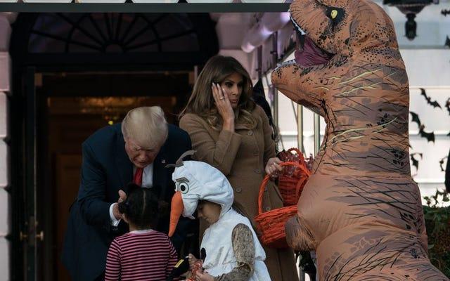 Костюм динозавра вселяет ужас в сердце мирового лидера