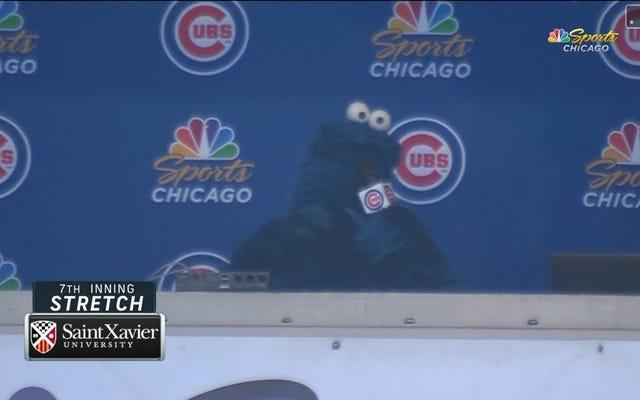クッキーモンスターがリグレーフィールドで7回目のストレッチをリードするのを見る