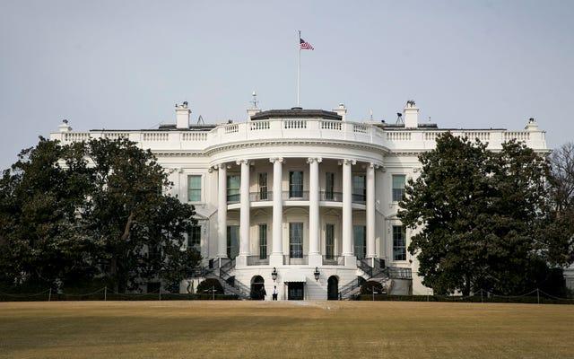 ホワイトハウスのスタッフが、暗号化された電子メールログインをDCバス停に残したとされています